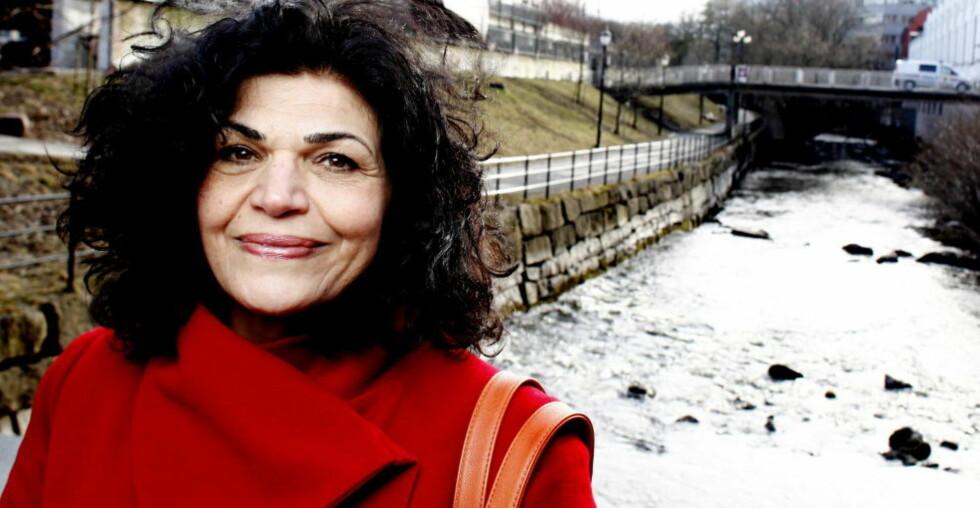 Sprenger grenser: Hun ga ut biografien «Jeg kommer fra Iran» i 2003, og rett over påske kommer debutromanen «En slette av valmuer». —To ting er viktigere enn alt annet i mitt liv: Barna mine og individets frihet, sier Lily Bandehy (62).   Foto Kristin Svorte