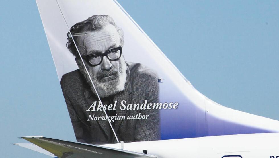 UT PÅ TUR: Aksel Sandemose er en av mange norske diktere som blir fraktet ut i verden takket være Norwegian. Selv hadde han neppe drømt om at han skulle få noe med aerodynamikk å gjøre.