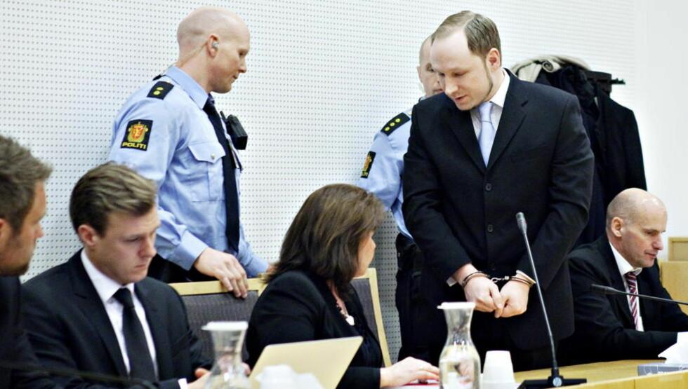 SYK ELLER KALKULERT MASSEMORDER?: Anders Behring Breiviks psykiske helse blir sentralt tema i rettssaken mot ham.  Forsvarerne Odd Ivar Grøn (t.v.), Tord Jordet, Vibeke Hein Bæra og Geir Lippestad ber om at massemorderen vurderes tilregnelig av retten og dømmes til fengselsstraff. Foto: Nina Hansen / Dagbladet