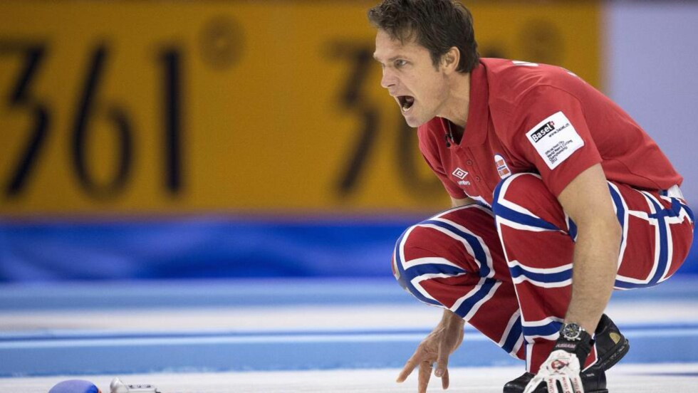 FINNER FORMEN: Thomas Ulsrud og hans norske lag begynner å finne formen i curling-VM. Foto: SCANPIX/EPA/GEORGIOS KEFALAS