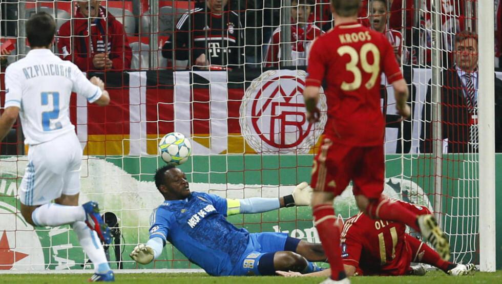 KOMFORTABELT: Ivica Olic sklir inn en av sine to scoringer bak Steve Mandanda i Marseille-målet.Foto: SCANPIX/REUTERS/Kai Pfaffenbach