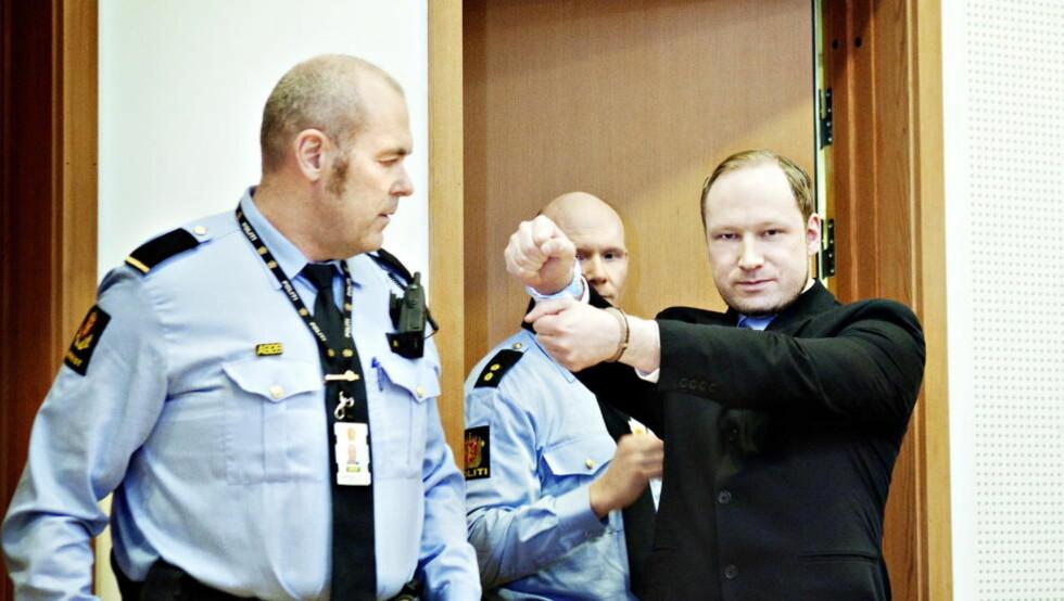 ALENE: Terrortiltalte Anders Behring Breivik gjør her en høyreekstrem hilsen under fengslingsmøtet tidligere i år. Brorskapet han har hevdet å være en del av, innrømmer han nå at ikke eksisterer.   Foto: Nina Hansen / Dagbladet