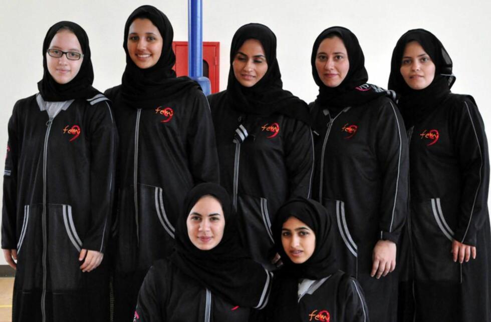 MØTER KRAFTIG MOTSTAND: Kvinner og idrett hører ikke sammen, er den offisielle holdningen i Saudi-Arabia. Her poserer imidlertid jentene fra landets første basketballag noensinne, Jeddah United. Men OL kan de se langt etter. Foto: AFP PHOTO/STR