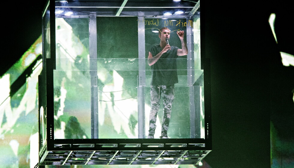 BIEBER I BUR: Bieber entret scenen i Telenor Arena i et glassbur. Foto: Nina Hansen / Dagbladet