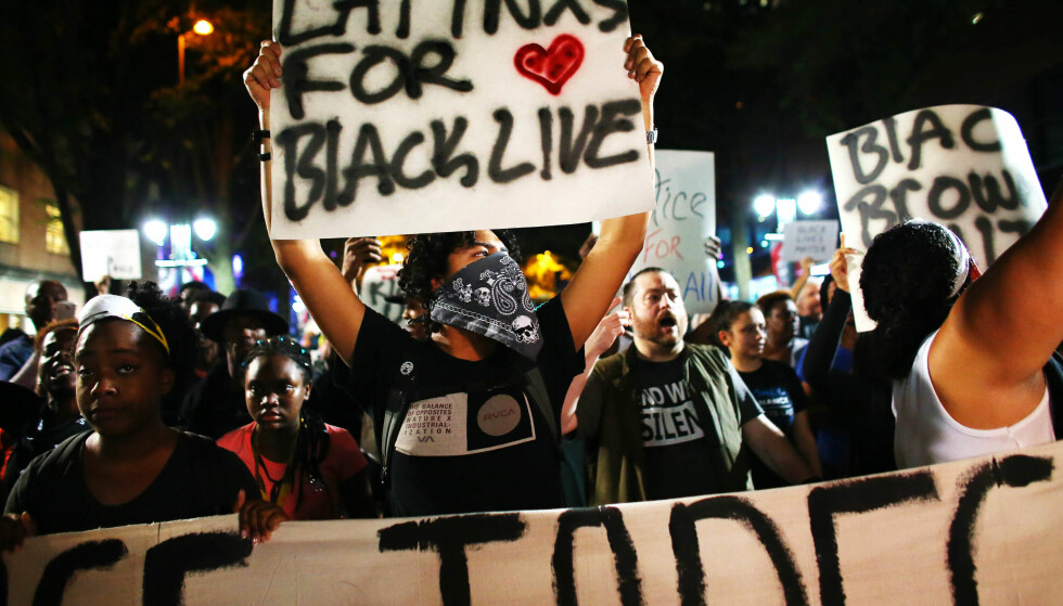 PROTESTER: Fredag kveld ble det demonstrert i Charlotte igjen, men denne gangen ser protestene ut til å gå fredelig for seg. Foto: REUTERS / Mike Blake / NTB scanpix