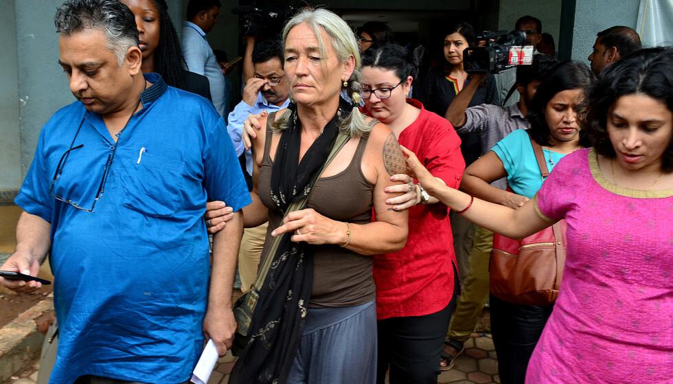 ETTER DOMMEN: Fiona McKeown forlot rettssalen sammen med sin advokat Vikram Verma etter at dommen hadde falt tirsdag. Foto: AP Photo / NTB scanpix
