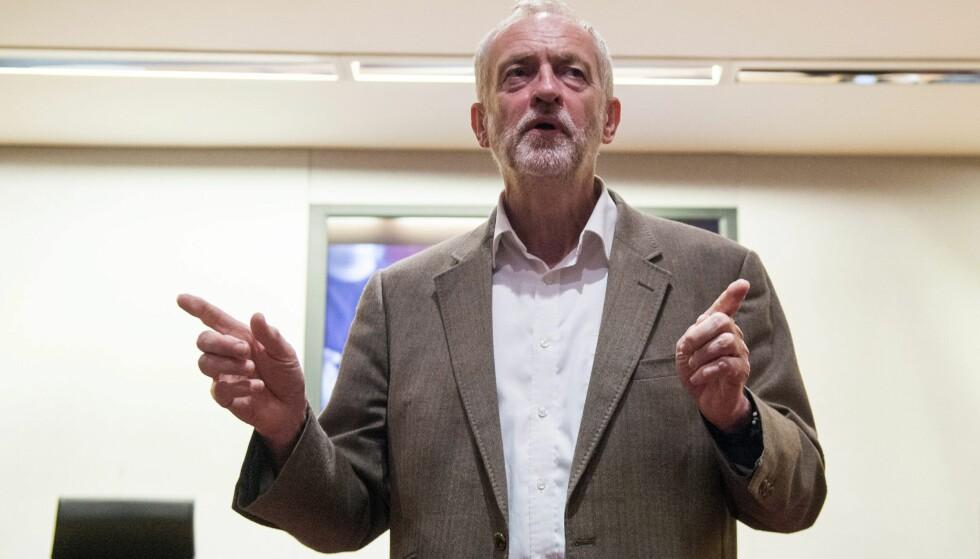 VANT LEDERSTRIDEN: Jeremy Corbyn er gjenvalgt som leder i Labour. Foto: EPA/WILL OLIVER