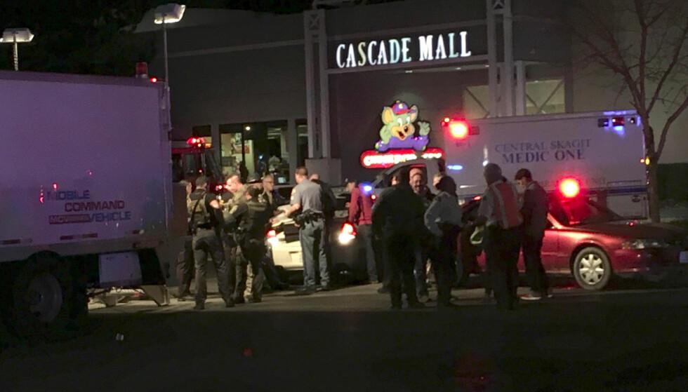 FEM DREPT: Fem personer ble drept etter at en ung mann åpnet ild inne på kjøpesenteret Cascade Mall i Burlington, Washington fredag lokal tid. Gjerningsmannen er fremdeles på frifot. Foto: Rick Lund / The Seattle Times via AP / NTB scanpix