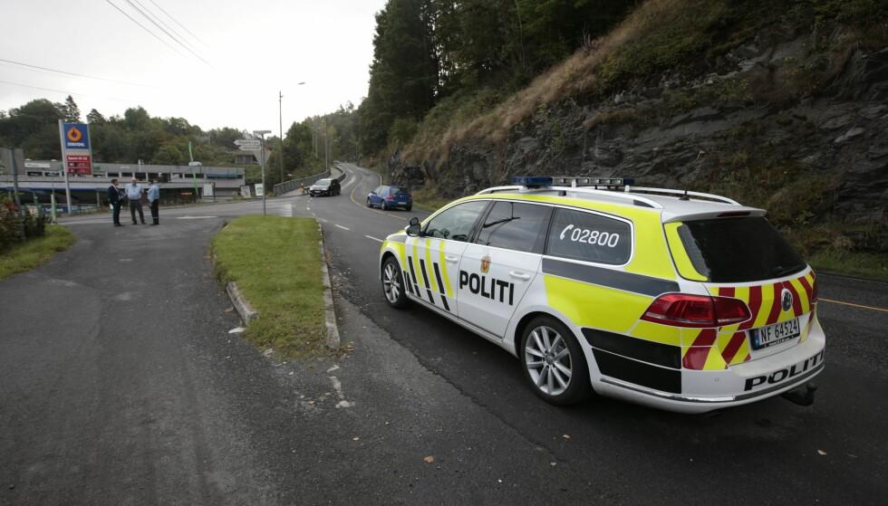 VIL HA TIPS: Politiet i Kragerø holder på med vitneavhør og rundspørring, og ber om at folk som kan ha sett noe, som kanskje kjørte forbi i går kveld, melder seg. Foto: Lise Åserud / NTB scanpix