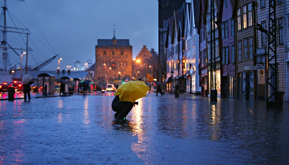 VÅT HØST: Sommeren er definitivt over, og enkelte steder på Vestlandet kan få opp mot 100 mm regn. Her fra en våt kveld i Bergen. Foto: Jan Tomas Espedal / Aftenposten / NTB Scanpix
