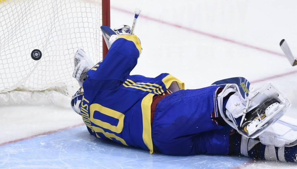 FOMLET: Sverige-keeper Henrik Lundqvist slapp inn en retur i tredje periode. Foto: Nathan Denette/The Canadian Press via AP/NTB Scanpix