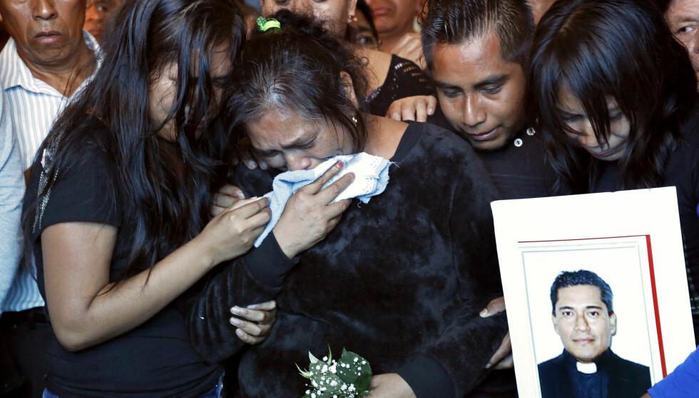 SØRGER: Søsteren, niesene og nevøene til Jose Alfredo Suarez de la Cruz sørger etter at han ble funnet drept for en snau uike siden. Foto: AP Photo / Marco Ugarte / NTB scnapix