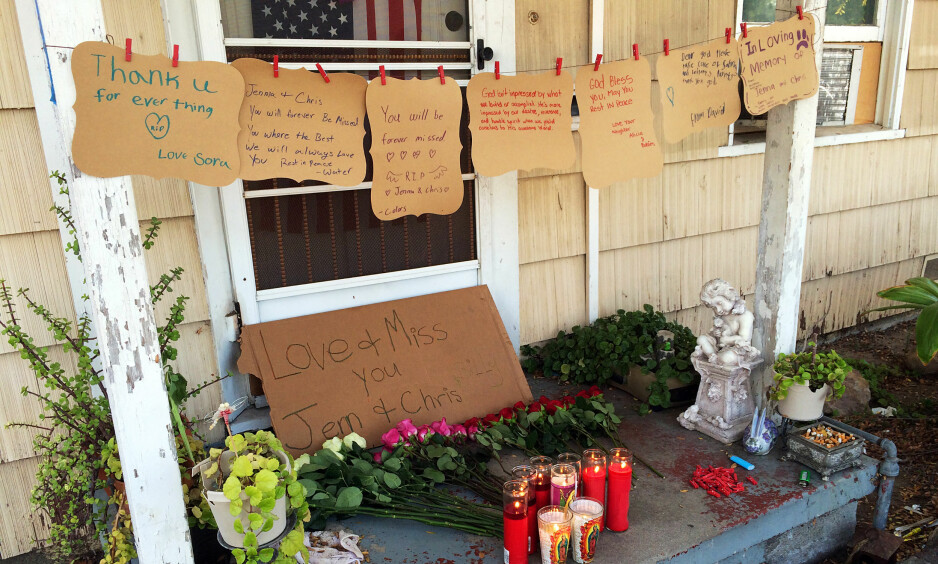 TRIPPELDRAP: Venner av de drepte har hengt opp hilsener, lagt ned blomster og tent lys foran inngangen til huset der de tre ble drept. Foto: AP Photo / Amy Taxin