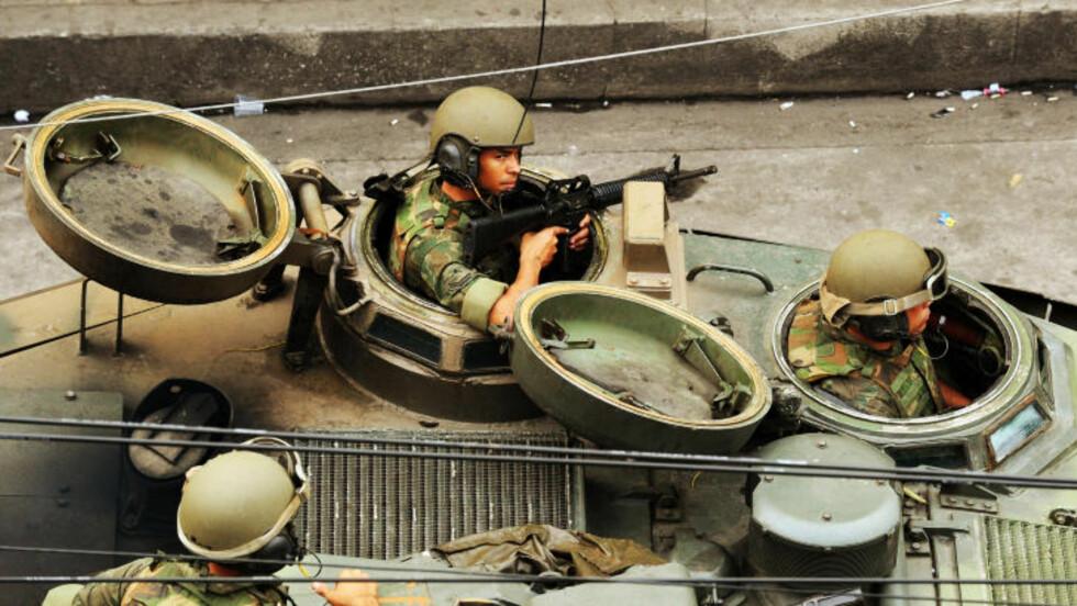 PANSERVOGN OG VÅPEN: Brasilliansk politi har tatt stadige tyngre skyts i bruk i narkoområdene, her elitestyrker fotografert i dag. Foto: AFP/Antonio Scorza/Scanpix