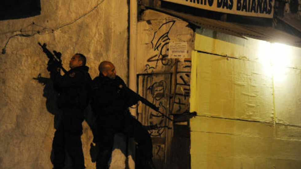 NATTLIG AKSJON: Brasils beste politistyrker sikret i dag Rosinha-favelaen. Foto: AFP/Antonio Scorza/Scanpix