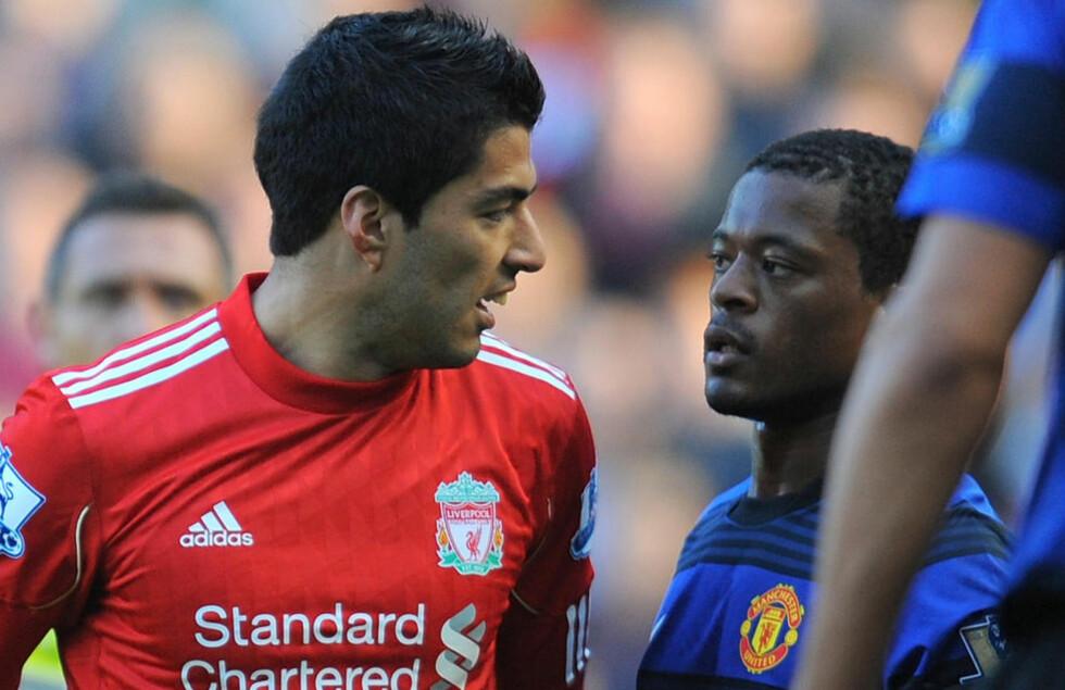 AMPERT: Tonen var alt annet enn gemyttlig mellom Luis Suarez og Patrice Evra på Anfield 15. september. Krangelen har fortsatt med uforminsket styrke i tida etterpå. Foto:  AFP PHOTO / ANDREW YATES