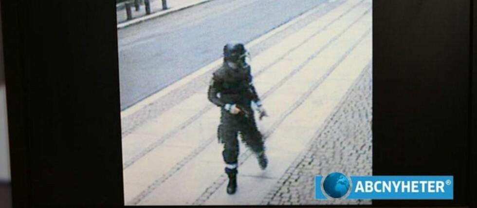 <strong>VURDERTE FLERE MÅL:</strong> Her har Anders Behring Breivik nettopp satt fra seg bombebilen i Regjeringskvartalet fredag 22. juli. Minutter etter eksploderer det. I politiavhør, som Dagbladet har fått tilgang til, kommer det fram at terroristen vurderte rundt 30 terrormål i Norge. Foto: ABC NYHETER/SCANPIX