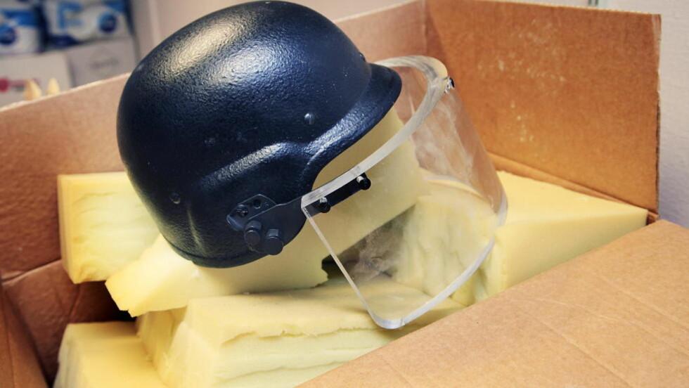 TUNG HJELM: Denne hjelmen ble brukt av Anders Behring Breivik under bombeangrepet i regjeringskvartalet. Den veier mellom fire og fem kilo. På vei til Utøya la han den igjen i bilen.  Foto: Jacques Hvistendahl