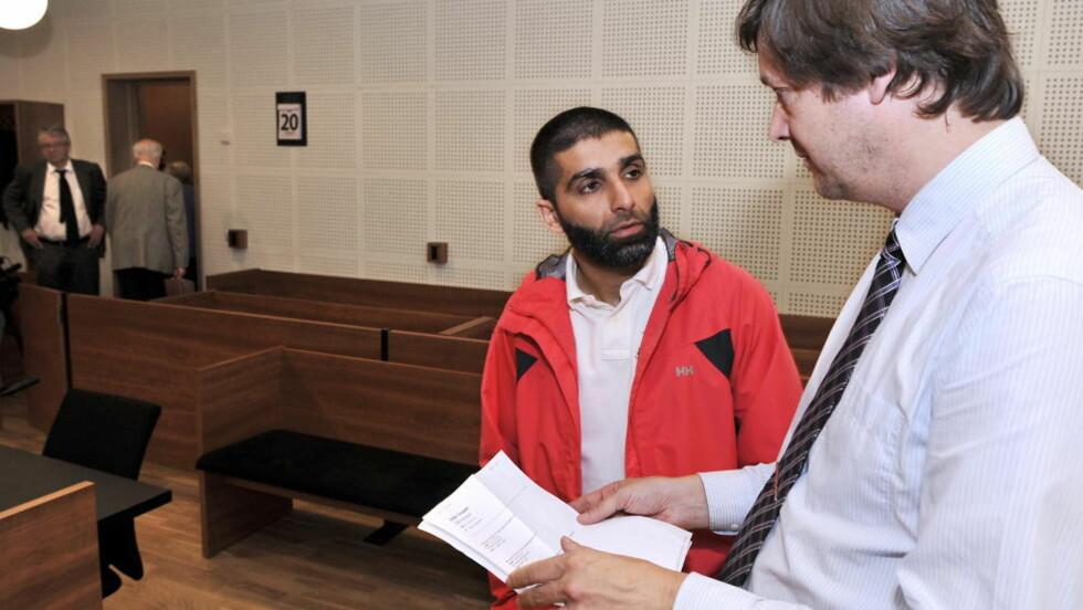 <strong>TRUET TV 2 FOTOGRAF:</strong> Den straffedømte 34-åringen Arfan Bhatti får ikke lov til å oppsøke TV 2s lokaler etter at han truet en av fotografene deres i forrige uke. Her er han avbildet sammen med advokat John Christian Elden i retten for halvannet år siden. Foto: Hans A Vedlog