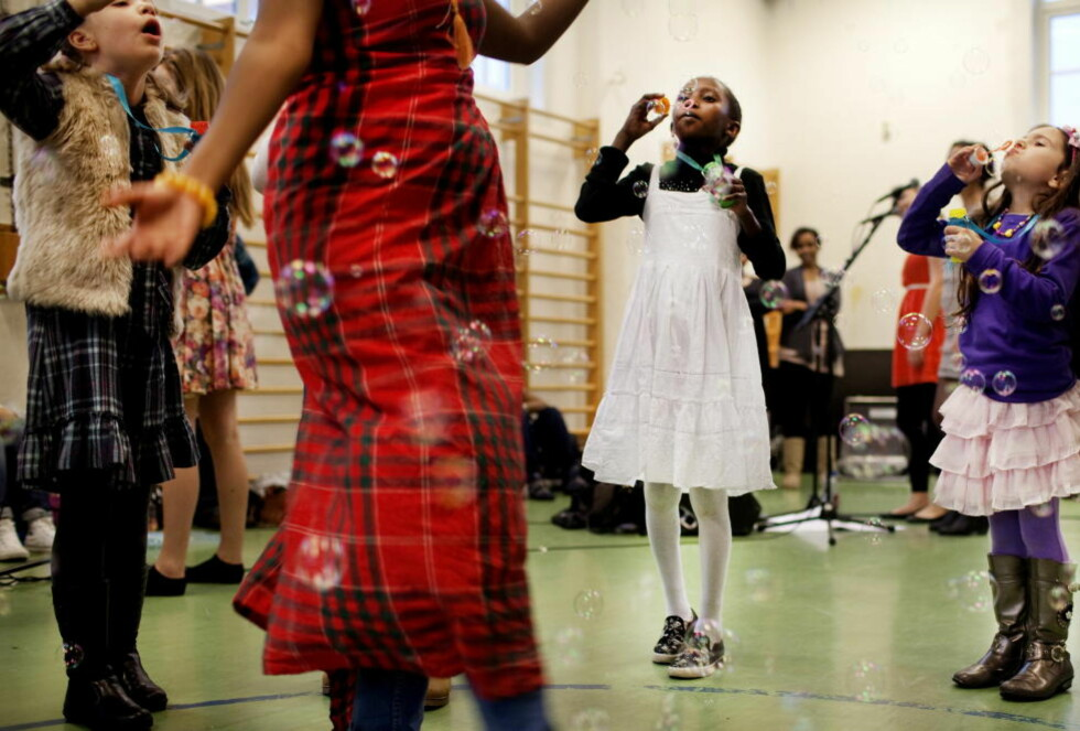 """Verden i Bergen: Ajaji fra Eritrea og Maha fra Irak i nummeret: """"Muniras dans"""", som er satt sammen av folketoner fra fra Sverige og Uiguristan. Teksten lyder: """"Vil du være med meg hjem, vil du være min venn, så skal jeg blive din"""". Det er Fargespill i et nøtteskall, sier initiativtaker Ole Hamre."""