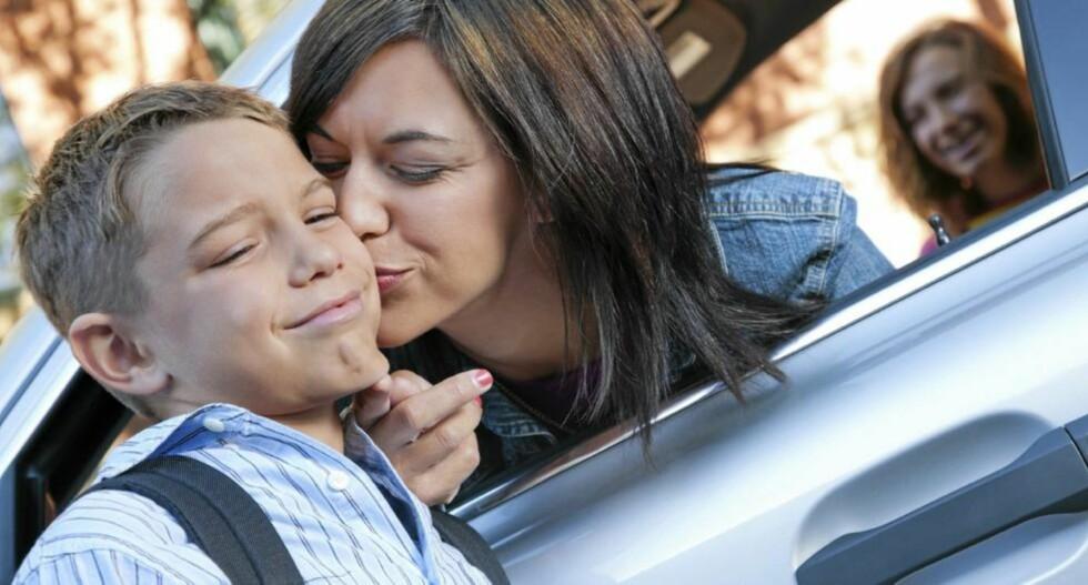 FLAUT Å BLI KYSSET: Barn i skolealder kan plutselig bestemme seg for at de ikke vil klemme eller kysse deg når vennene kan se det. Det må du respektere, sier barnepsykolog. Illustrasjonsfoto: iStockphoto