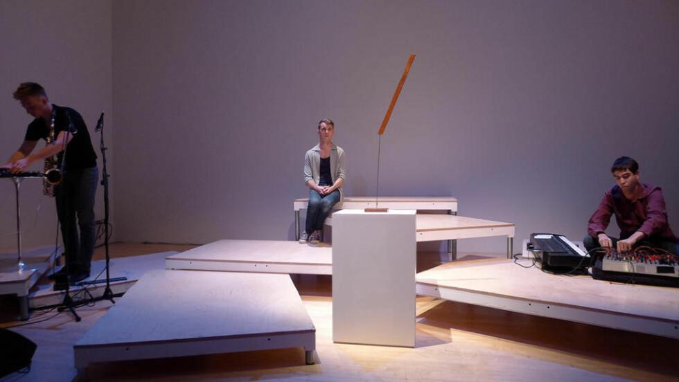 Poppete performancekunst: Nils Bech på scenen på New Museum i New York fredag kveld med skulpturen «Helvetica Slash» av Lina Viste Grønli og musikerne Bendik Giske (t.v.) og Sergei Tcherepnin. Foto: Geir Haraldseth