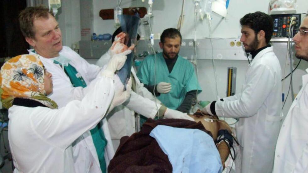 IMPONERT: Professor i medisin, Erik Fosse, er instruktør i Forsvarets krigskirurgikurs. Beredskapstroppen er deltakere på kurset hvert år, og Fosse er glad for at det de har lært kom til nytte 22. juli. Her fra Shifa-sykehuset i Gaza by i 2009, der Fosse og kollega Mads Gilbert bidro etter bombingen av Gazastripen. Foto: Hamada Hamada