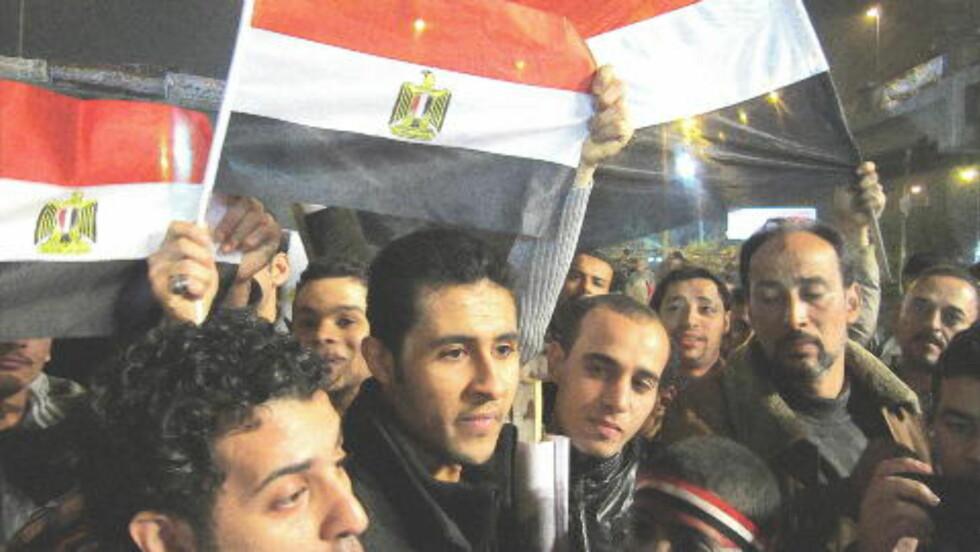 STØTTER MILITÆRRÅDET: Disse demonstrantene har samlet seg til støtte for militæret som styrer Egypt. Ahmad Suezi (i midten) mener at mediene skaper feil inntrykk av Egypt. Flertallet støtter ikke protestene på Tahrir. Flertallet vil ha valg og slutt på uroen, slår han fast. Foto: Åsmund Gram Dokka