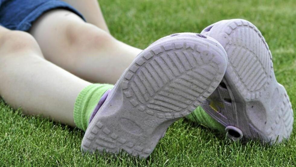 ØDELEGGER FØTTENE: Mange barn bruker Crocs ute hele sommeren og som innesko om vinteren. Det kan være helseskadelig. FOTO: Colourbox