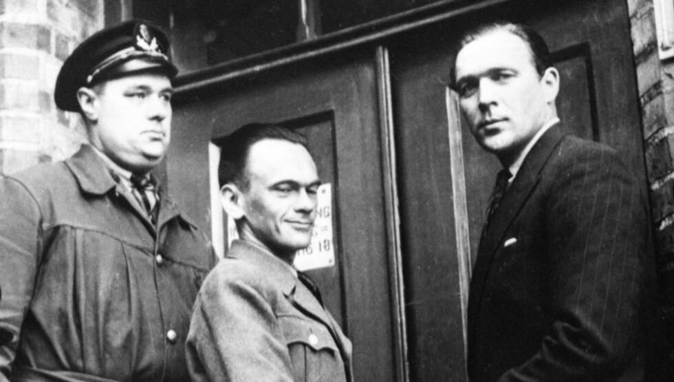 MYE SKILDRET: Henry Rinnan (midten) har vært gjenstand for en rekke biografier og historiske bøker opp gjennom åra. Bare i høst kommer tre bøker knyttet til hans ugjerninger under okkupasjonen. Her er han på vei inn i lagretten i Trondheim i 1946. NTB arkivfoto / SCANPIX