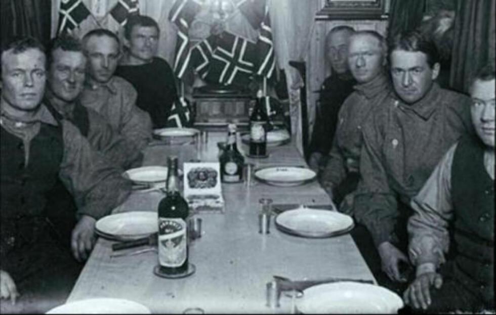 TTIL SYDPOLEN MED AKEVITT I BAGASJEN: Fra Framheim, Amundsens base i Antarktis, med akevitt på bordet.