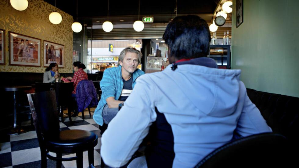 BEMERKELSESVERDIG: På en kafé på Bussterminalen i Oslo har Sarah fortalt sin historie til forfatter Nils Harald Sødal. Resultatet har blitt en roman som er bemerkelsesverdig god, mener anmelderen. Foto: Lars EIvind Bones /Dagbladet