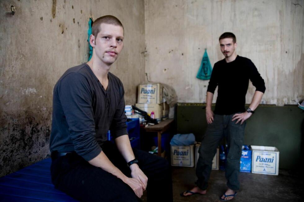 - FLYTTES: Tjostolv Moland (svart trøye) og Joshua French på cella i Sentralfengselet i Kisangani. Foto: Tore Bergsaker