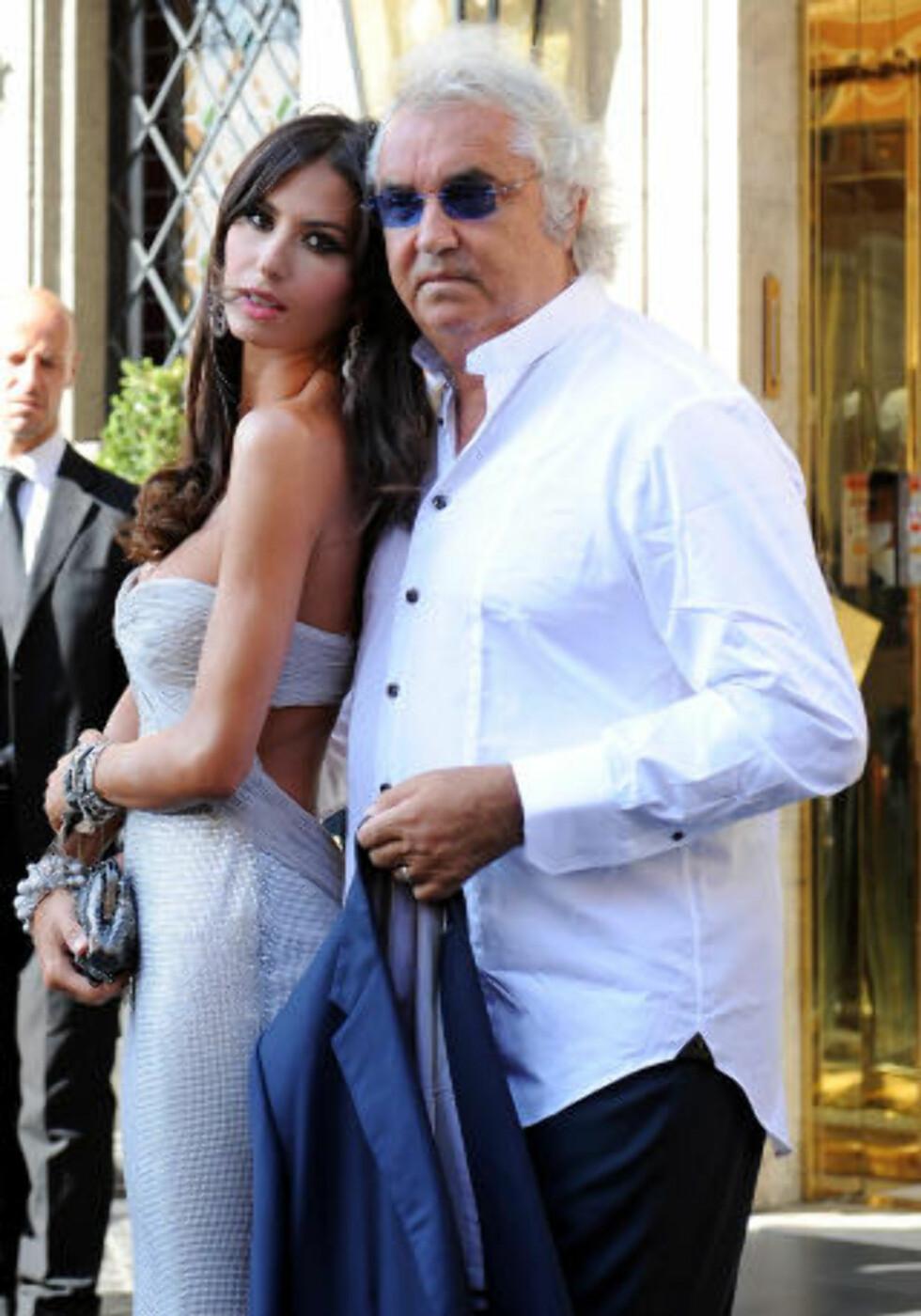 KONTROVERSIELL: Tidligere QPR-eier Flavio Briatore, her med kona Elisabetta Gregoraci, har flere dommer på rullebladet. Foto: AFP/Tiziana Fabi/Scanpix
