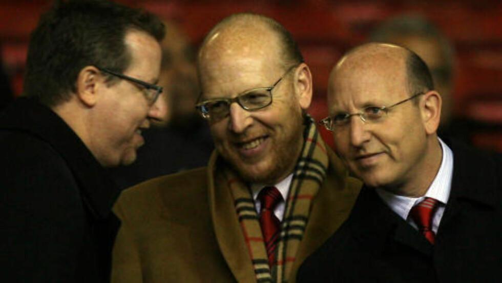 OMDISKUTERT: Det har vært delte meninger etter at Malcolm Glazer og sønnene Joel (t.v.), Avram og Bryan tok over Manchester United. Foto: AP/Jon Super/Scanpix