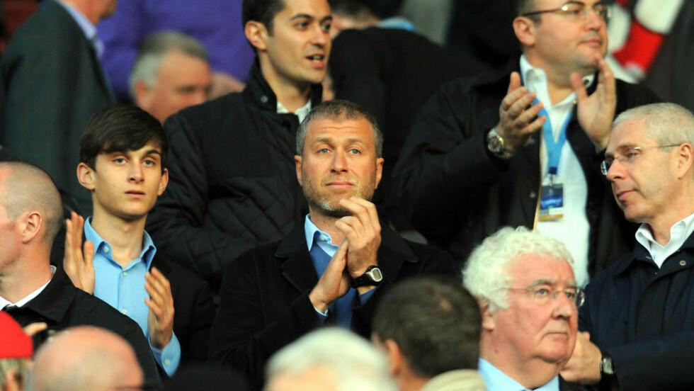 ENGASJERT: Roman Abramovitsj (i midten) er definitivt en klubbeier med et reelt fotballengasjement - noe som vises ikke minst i hans spillerkjøp og -salg. Men ikke alle er positive til utenlandsk eierskap i Premier League. Foto: AFP/Andrew Yates/Scanpix