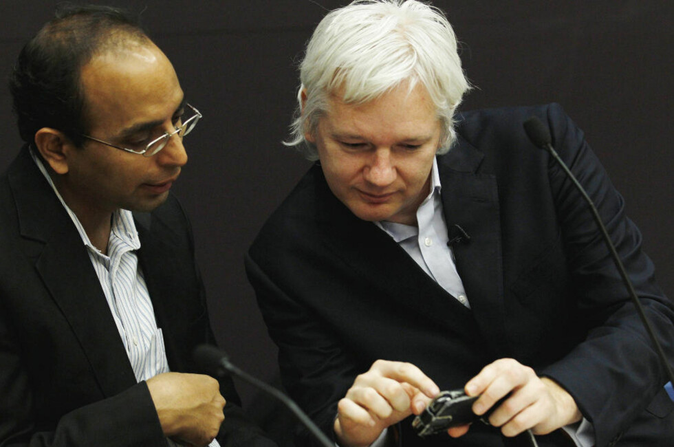 - UTRYGG: Wikileaks-grunnlegger Julian Assange (t.h) mener brukere av Iphone, Blackberry eller Gmail er utrygge. Her viser Assange fram noe på mobiltelefonen sin til Pratap Chatterjee ved Bureau of Investigative Journalism. Foto: Reuters/Luke MacGregor/Scanpix
