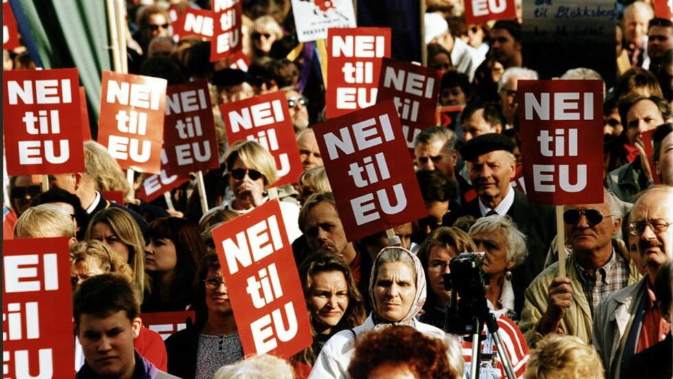 NEI TIL EU: Aldri har det vært lavere EU-støtte i Norge viser måling fra Sentio på oppdrag for Nationen. Bildet er fra en Nei-til-EU demontrasjon på Yougstorget i 1994. Foto: Odd Wentzel/Dagbladet