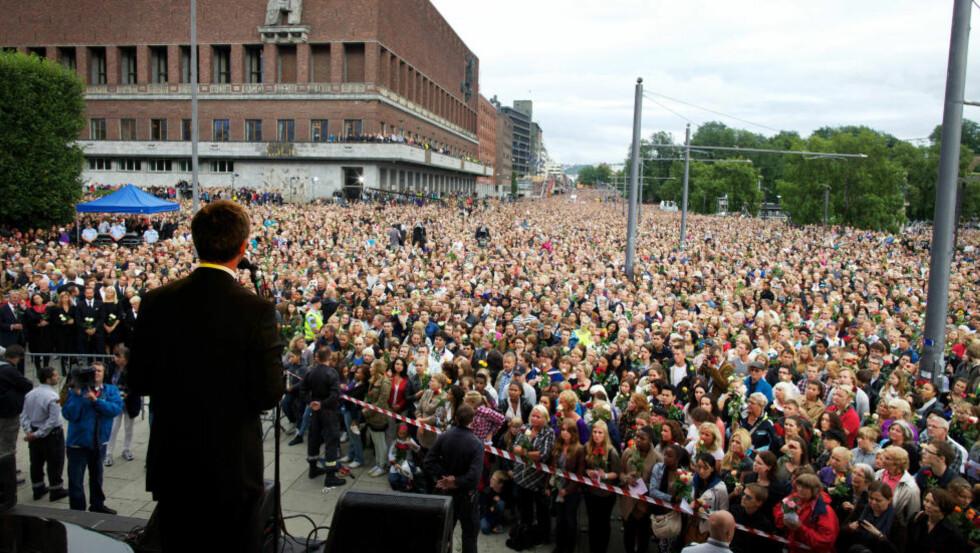 Samhold: Jens Stoltenberg taler på Rådhusplassen 25. juli. «Det sterke samholdet som spontant kom til uttrykk etter tragediene den dagen, var neppe først og fremst et uttrykk for en solidaritet med Arbeiderpartiet», skriver kronikkforfatteren. Foto: Eirik Helland Urke