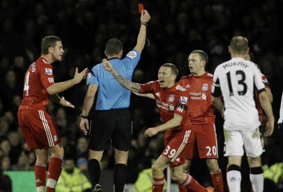 REAKSJONER: FA er ikke fornøyd med spillernes reaksjon etter det røde kortet til Liverpools Jay Spearing. Her blir dommer Kevin Friend omsvermet av Craig Bellamy og Jordan Henderson. Foto: AP Photo/Matt Dunham