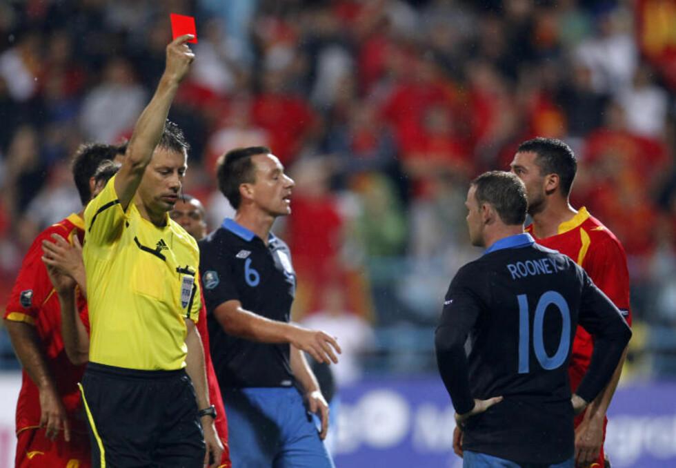 RØDT KORT: Her får Rooney det røde kortet mot Montenegro. Foto: AP Photo/Darko Bandic