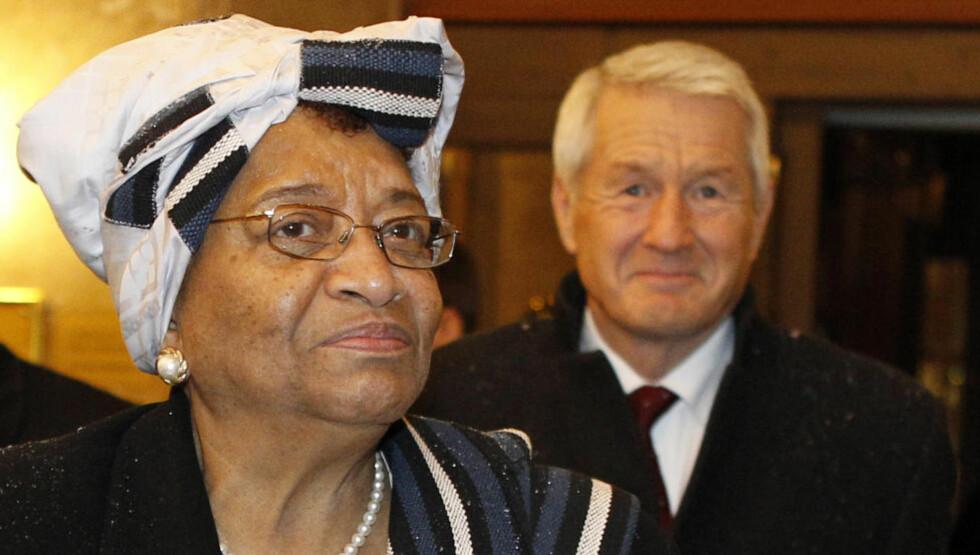 Lefler med det internasjonale samfunn: Liberias president Ellen Johnson Sirleaf og leder av Nobelkomiteen Thorbjørn Jagland. «Mange liberiere frykter at presidenten lefler med det internasjonale samfunnet mer enn hun tjener sine undersåtter», skriver Mark Naftalin. Foto: Leonhard Foeger/Reuters/Scanoix