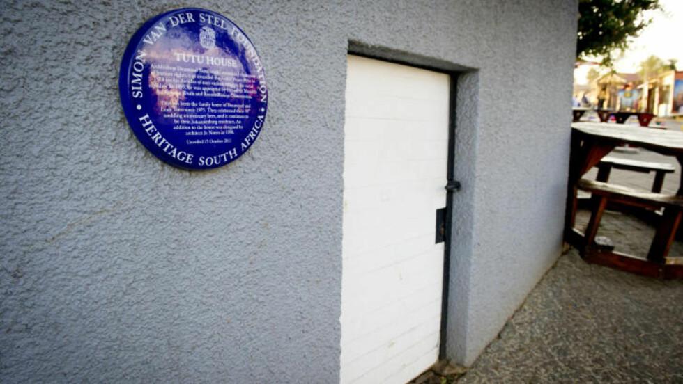 TUTUS HUS: Her bor Desmond Tutu fremdeles. Den blå minneplaketten viser at dette er en viktig del av av Sør-Afrikas historie. Foto: JOHN TERJE PEDERSEN