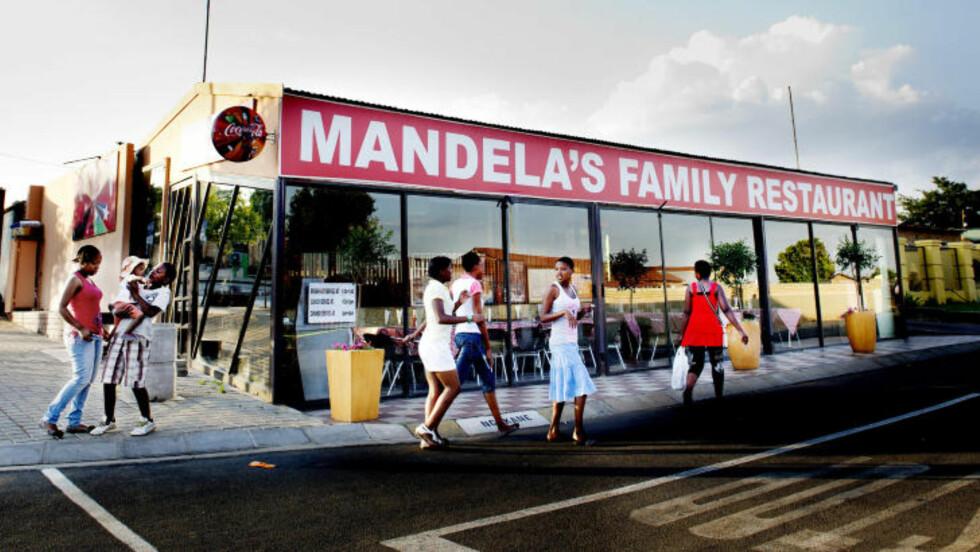 WINNIES RESTAURANT: Nelson Mandelas Family Restaurant på hjørnet av Vilakazi Street  drives av ekskona Winnie Mandela. Her serveres  typiske Soweto-spesialiteter til lave priser. Foto: JOHN TERJE PEDERSEN