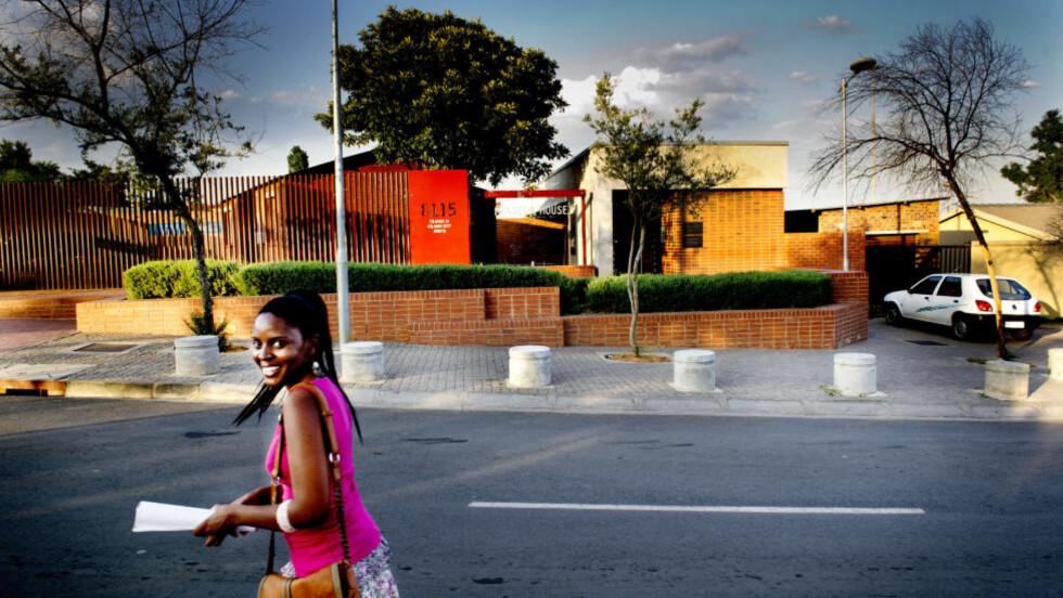 VILAKAZI STREET: Denne gata i Johannesburg har huset to av verdens fredsprisvinnere, Nelson Mandela og Desmond Tutu. Det røde murhuset hvor Nelson Mandela bodde,  er nå blitt et museum. Guidene er lokale innbyggere i Soweto. Foto: JOHN TERJE PEDERSEN