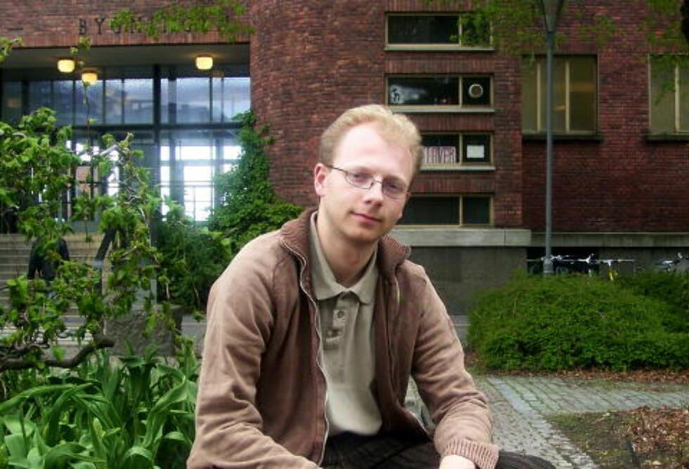 PARTIKKELFYSIKER og skribent hos forskningsbloggen kollokvium.no, Bjørn Hallvard Samset, forklarer hva Higgs-partikkelen egentlig er, og hvorfor den er så viktig å finne.  Foto: Arne Foss/Dagbladet