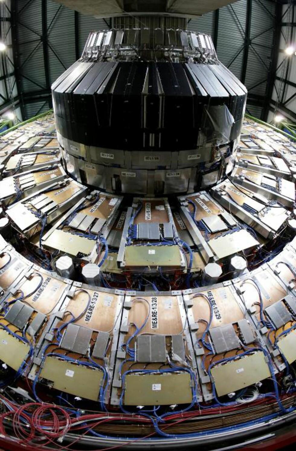 ENORM: Large Hadron Collider (LHC) ved CERN er verdens største partikkelakselerator, og går i en ring på den fransk-sveitsiske grensen nær Genève. Foto: AP Photo/Keystone, Martial Trezzini/SCANPIX