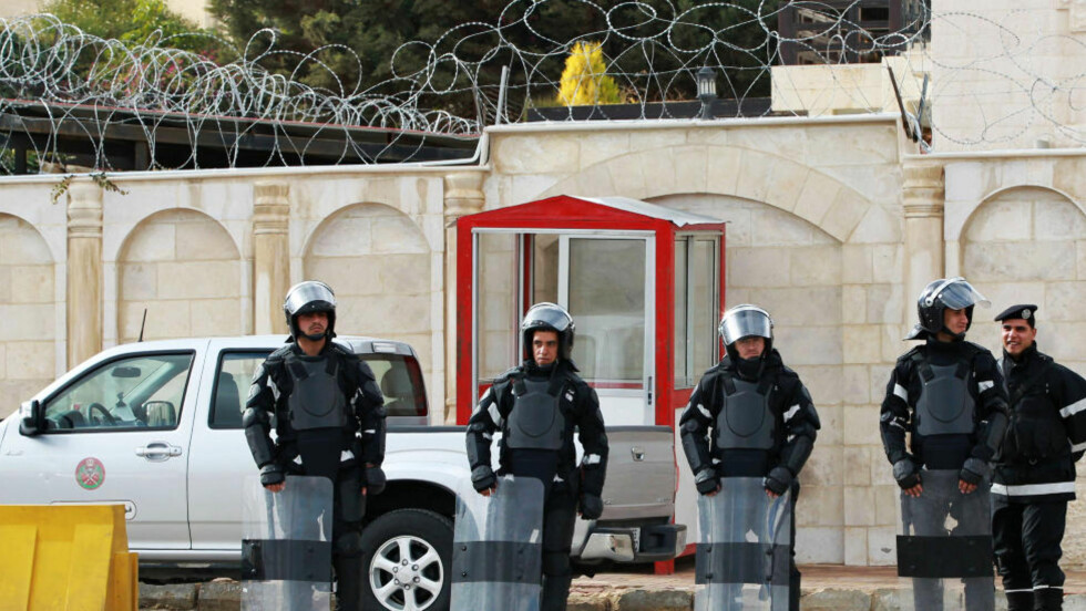 DEMONSTRASJONER: To diplomater og fire andre skal ha blitt skadd da syriske demonstranter angrep den syriske ambassaden i Amman. Her står opprørspoliti foran ambassaden. Foto: Reuters/Muhammad Hamed/Scanpix