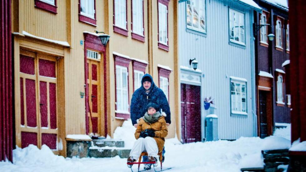 SPARKETUR: Marie Holmberg og Joachim Rønningen fra Røros koser seg på sparketur.  Foto: THOMAS RASMUS SKAUG