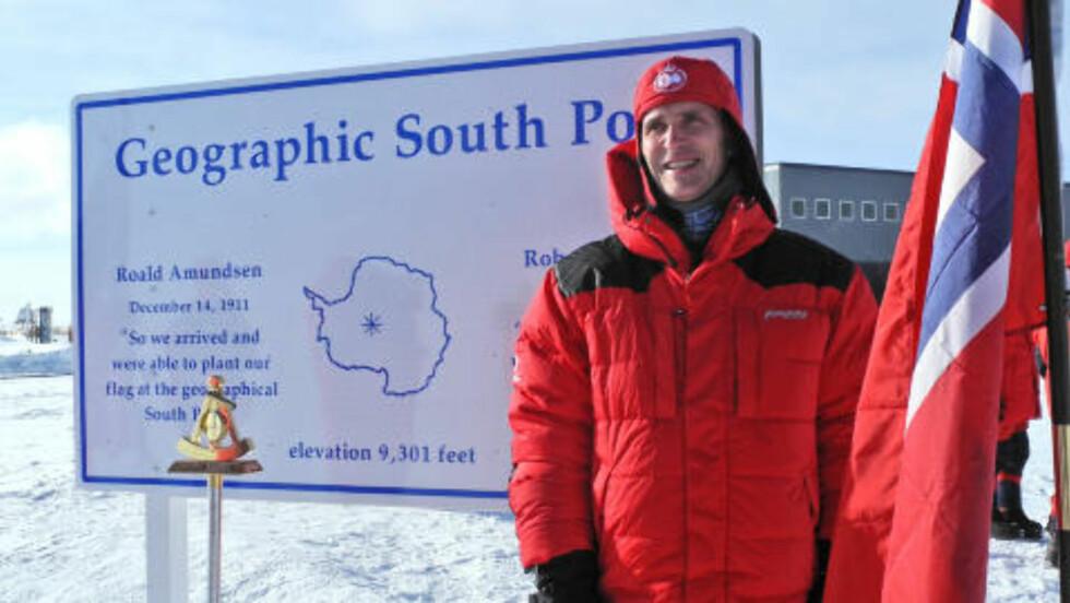 <strong>PÅ POLISEN:</strong> Jens Stoltenberg er på plass i Antarktis for å hylle at det er 100 år siden Roald Amundsen plantet det norske flagget på polpunktet. Men det koster. I allefall på klimafronten. Foto: Statsministerens kontor